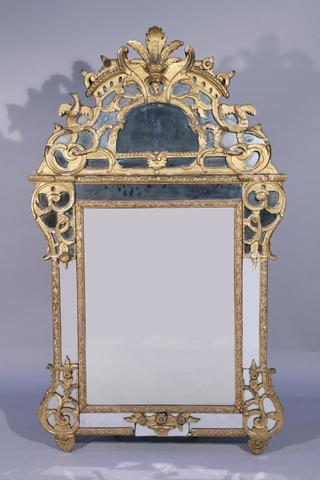 MIROIR à FRONTON et PARECLOSES  en bois sculpté, stuqué et doré.