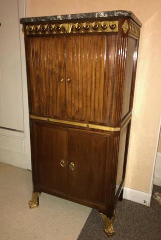 MEUBLE à rideaux en bois de placage. Garniture de bronzes dorés. VENTE