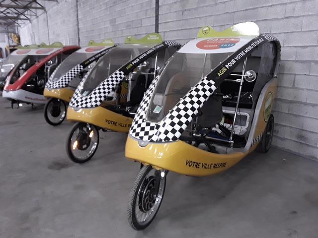 1 vélo taxi à assistance électrique (1 roue démontée)
