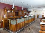 vue du bar : 7 tables formica années 1960, 28 chaises bois modernes,