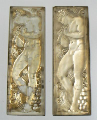 RENÉ LALIQUE (1860-1945) Joueur de pipeau de face. Deux panneaux