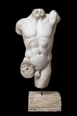 Beau  torse nu d'un athlète probablement un lutteur aux traits en