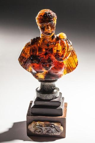 Rare buste d'empereur sculpté dans un bloc d' ambre il pose  sur