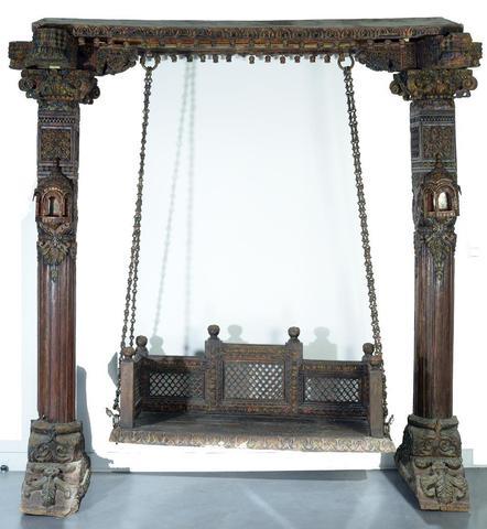 Jhoola, ou balancelle rituelle, présentée devant la Cella des temples
