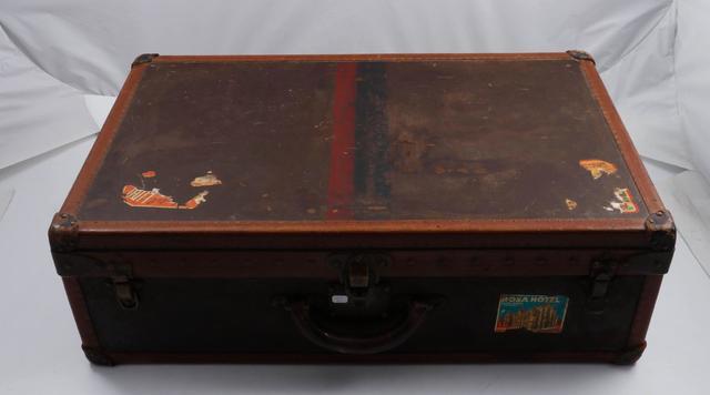 VUITTON, valise rigide en cuir et toile , coins fermetures en laiton,