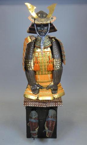ARMURE DE SAMOURAI (Yoroi) comprenant : Kabuto (casque) en fer laqué