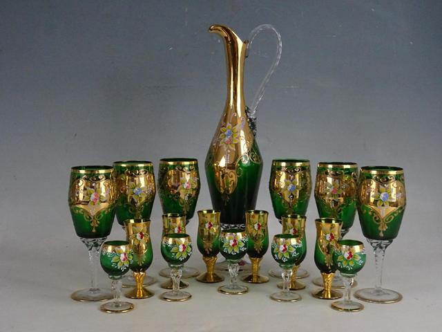 Service à liqueur en verre vert et or