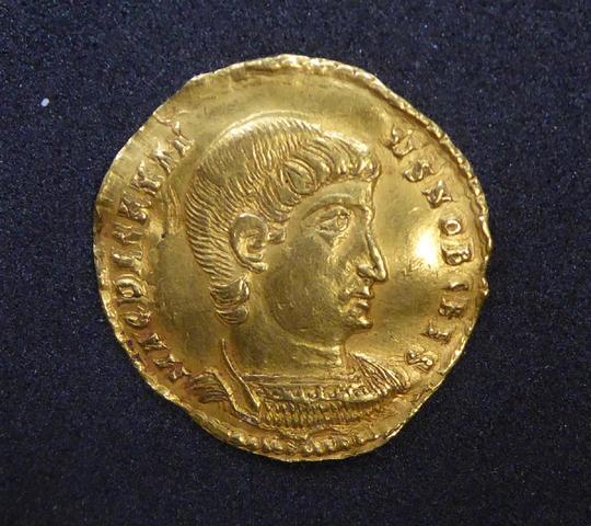 TRES RARE SOLIDUS Décence (350-353) frappée à Rome en 351-352.