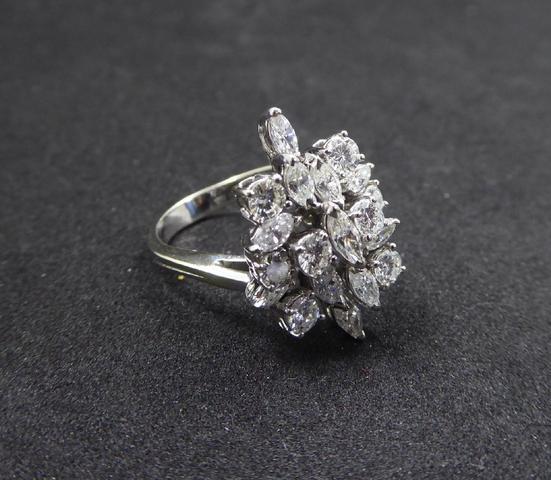 BAGUE FLEUR en or blanc 750 millièmes, ornée de dix-sept diamants