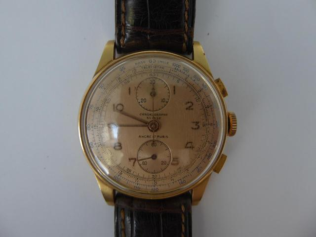 Montre chronographe Suisse en or, bracelet cuir. Poids brut 45,1g
