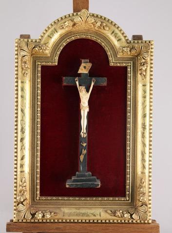 CRUCIFIX en ivoire (elephantidae SPP) sculpté  sur une croix en