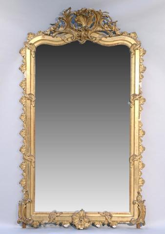 MIROIR A FRONTON en bois sculpté, stuqué et doré  à riche décor