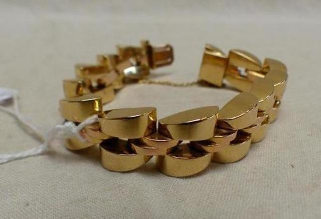 Bracelet  tank  en or à larges maillons articulés vers 1930, chainette