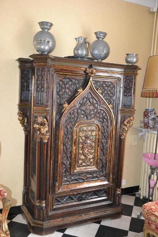 Cabinet néo gothique, bois sculpté et patiné
