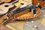 vielle à roue, caisse en forme de bateau, décor fleuri peint et