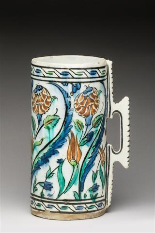 Belle chope en céramique siliceuse à décor polychrome sous glaçure