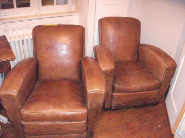 Paire de fauteuils club en cuir (bon etat)