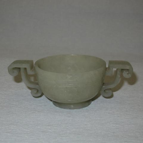 CHINE - XVIIIe siècle : Coupe à deux anses sur piédouche en néphrite