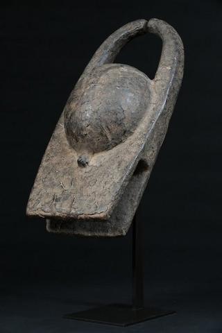NIGERIA CHAMBA Superbe masque heaume évoquant la tête d'un buffle,