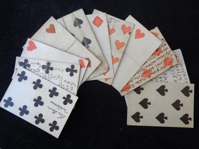 11 cartes à jouets du XVIIIe siècle dont certaines écrites, dimensions
