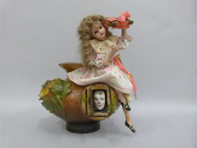 Automate en carton bouilli et bois, en forme de vase à décor floral