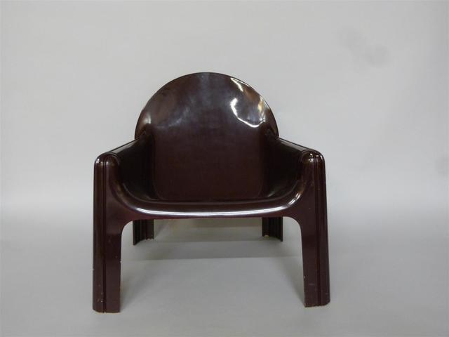 Un fauteuil, modèle 4784 de GAE AULENTI et deux chaises, modèle