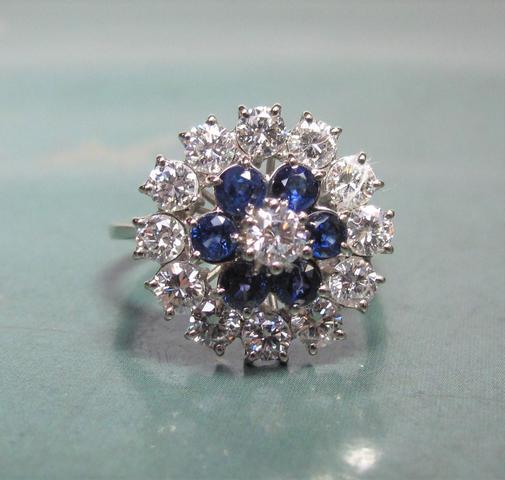 Bague fleur en or  gris 750°:00 sertie de diamants taille brillant