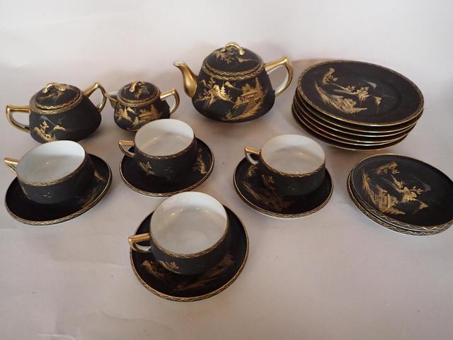 Partie de service comprenant six assiettes à dessert, une théière,