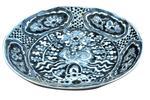 Plat en grès porcelaineux bleu et blanc à décor de phénix. Chine,
