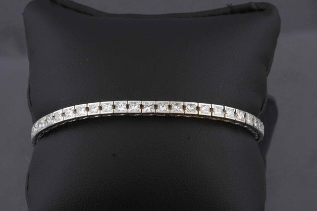 4-Bracelet rivière de diamants princesses totalisant environ 8 ct,