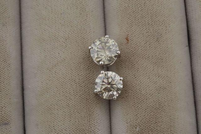 14-Paire de clous d'oreilles sertis de diamants  2 X 1,8 ct, monture