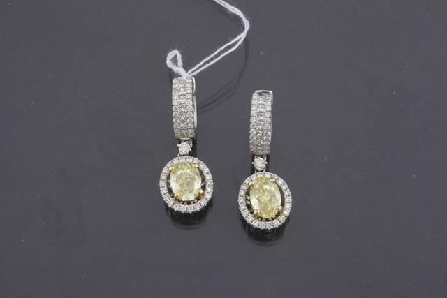 137-Paire de dormeuses en or gris ornées de diamants de taille ovale