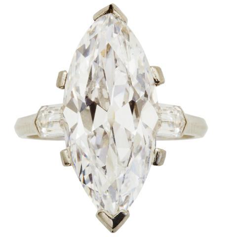 90-Bague ornée d'un diamant navette pesant 5.92ct D VVS2,type IIa,
