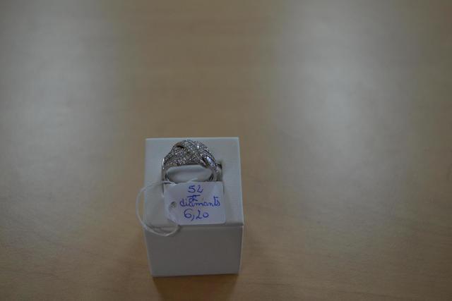 une bague en or et diamants, poids brut 6,20gr