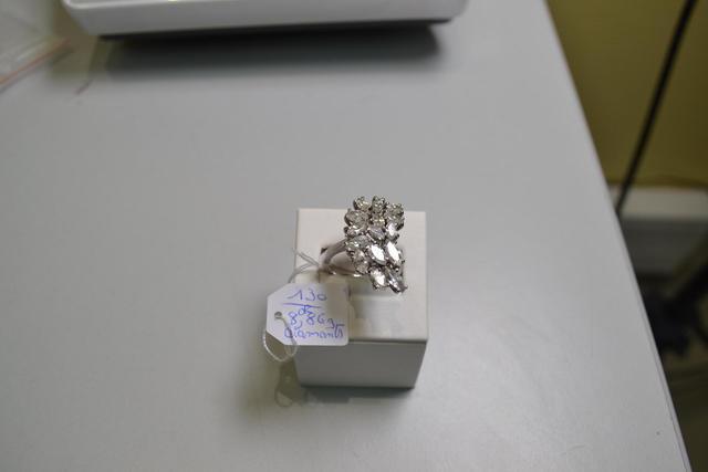 une bague en or blanc et diamants navettes poids brut 8,86gr