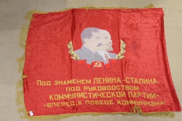 Drapeau soviétique, brodé, avec portraits de Staline et Lénine.