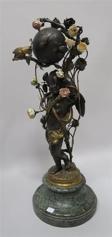 PENDULE en bronze à double patines, en régule et en céramique présente