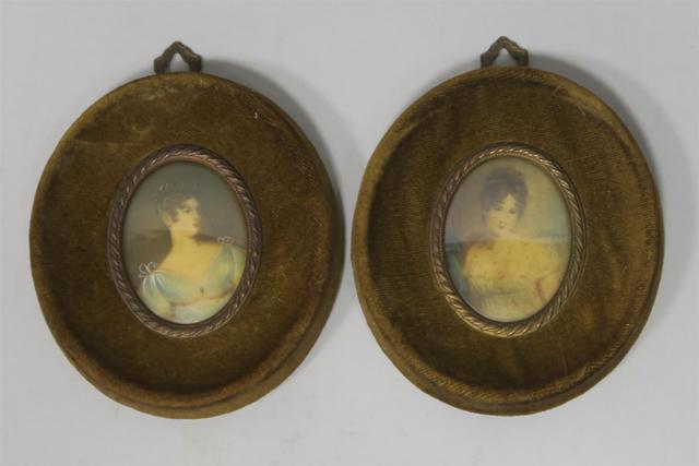 DEUX MINIATURES représentant des portraits en buste de femmes drapées,